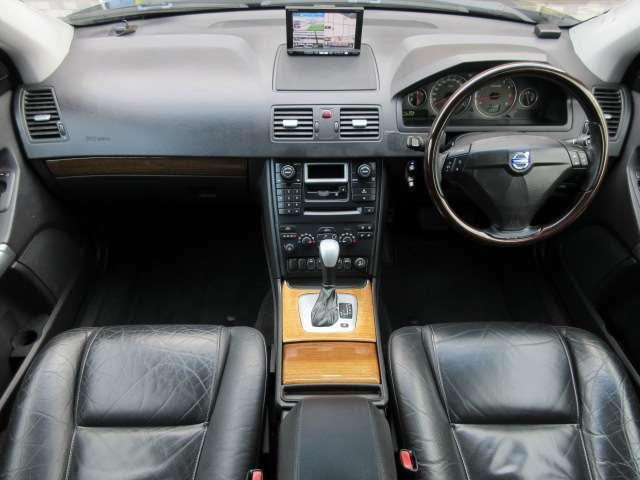 本革シートが標準で装備されています♪内装はブラックを基調としたシックで落ち着いた雰囲気の車内になっております♪パネル類にも目立つキズや汚れ等も無くとてもキレイな状態です♪