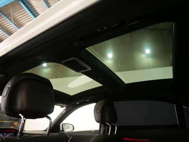フロント部分のサンルーフに加えてリア部分にもムーンルーフが備わり、明るい車内を感じれます。より快適なコンディションを選んで走行可能です。