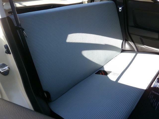 後席はワゴンタイプ車には及びませんが膝元には十分にスペースがあります!!