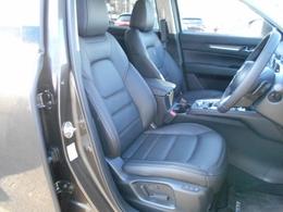 CX-5のシートは、厚みのある座面、立体感のあるボルスターやショルダーの造形によって、SUVに相応しい力強さと安定感を強調
