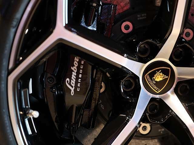 ブレンボ製のカーボンセラミックブレーキを装着。オプションブラックキャリパー15万円。