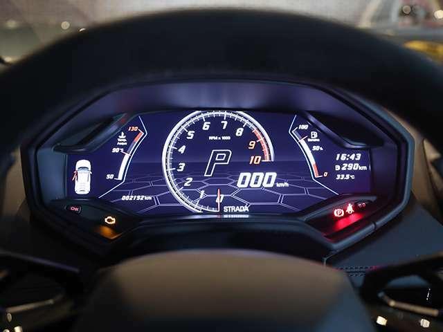 12.3インチのカラーディスプレイメーターが使用され「ストラーダ」「スポーツ」「コルサ」の各ドライブモードで、それぞれ異なったデザインになります。