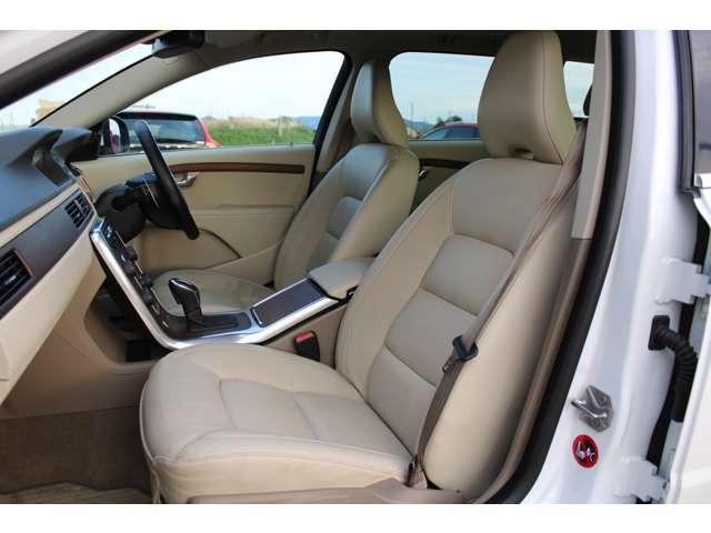 フロントシートにはシートヒーター/クーラーが装備されており3段階の調整が出来ます。寒い冬に暖かいシートで暑い夏には蒸れずに快適です。助手席シートも綺麗な状態です。