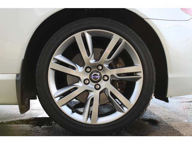 入荷したお車は全て清掃作業を実施しております。ご納車前にも細部まで綺麗にして中古車としての使用感をなくすようにしております。