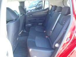 後席も旧型(ZE0型)に比べてだいぶ広くなりました