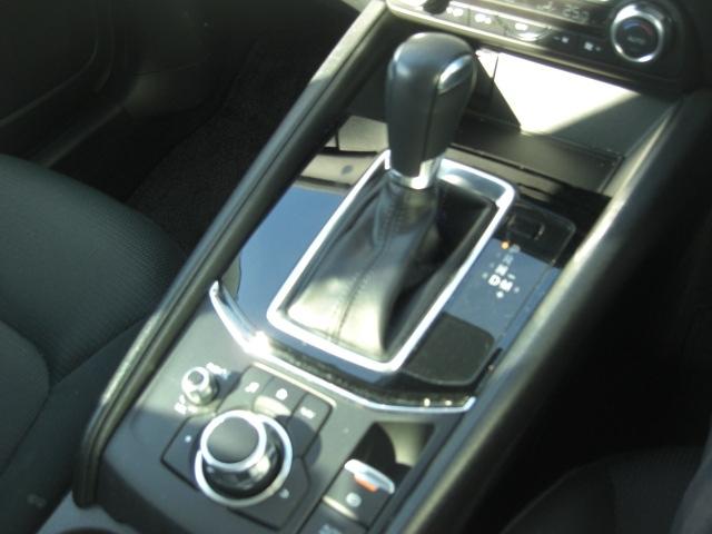 シンプルですが、操作スイッチ類も見やすく、扱いやすい配置!!必要な物が一目で分かります!また、手の届く範囲に集まっているため、操作性もよく安全運転にも寄与します!