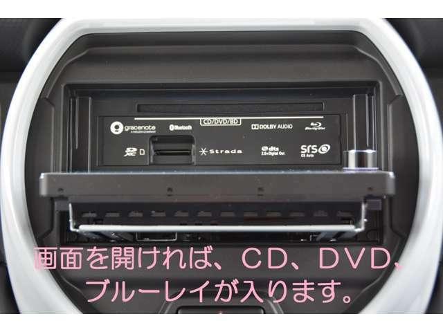 画面を開ければブルーレイ、CD、DVDが入ります!音楽CDを最大8倍速で録音可能!カーズカフェ限定でオプションのUSBケーブルも付属し、iPod/iPhoneの音楽再生や、USB動画再生も可能!