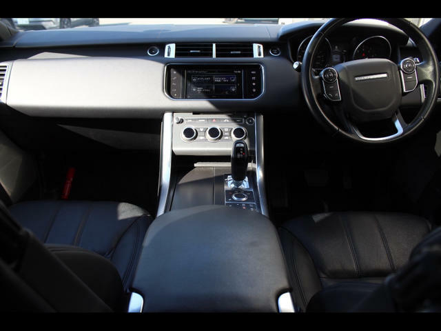 ドライバーを中心に設計した特徴的なコックピットには、直感的に操作できる機能を網羅しています。