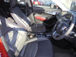 運転席は適度な硬さのシートで座り心地も良好です!長距離乗っても疲れにくいです