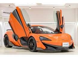 McLaren全車共通のディヘドラルドアがドライブ前後の気分を高めてくれます。