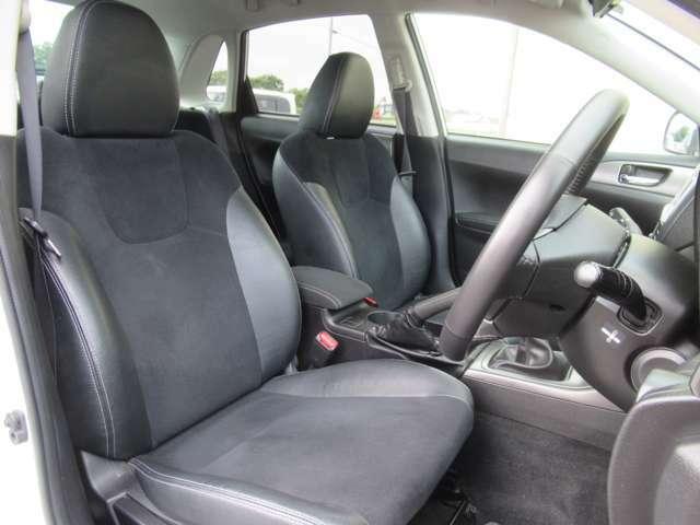 シートや内装色は黒を基調としており落ち着いた雰囲気の車内です◇またシートはハーフレザーになっているので高級感もありますね◇