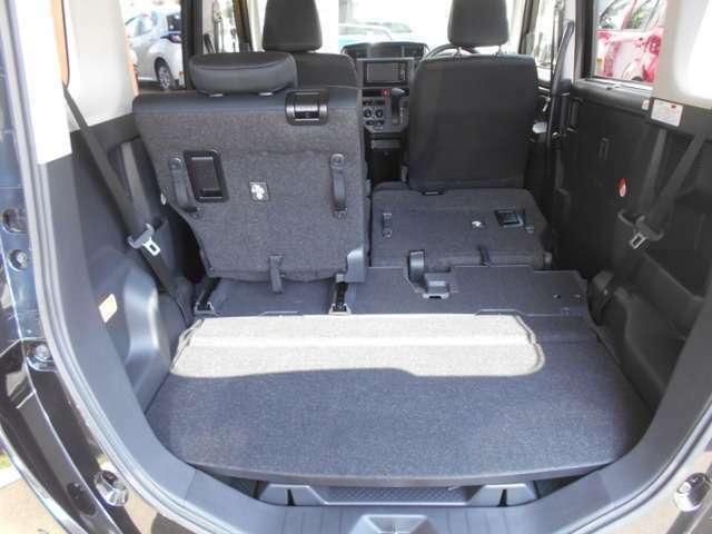 リヤシートは左右別々に倒せるので、乗車人数と荷物の量に合わせたアレンジが可能です。