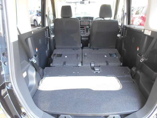 リヤシートを前に倒すとトランクが広々!さらに大きな荷物も積めてお買い物にも便利ですよね。