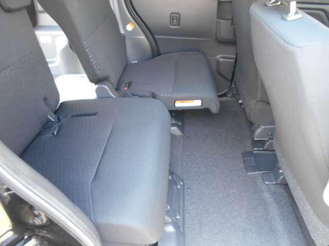 セカンドシートは前後にスライド調整できます。
