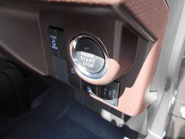 キーをポケットやカバンに入れたままドアロックの開閉からエンジンの始動/停止まで行えるスマートキーシステム☆一度使ったら手放せないほど便利です♪