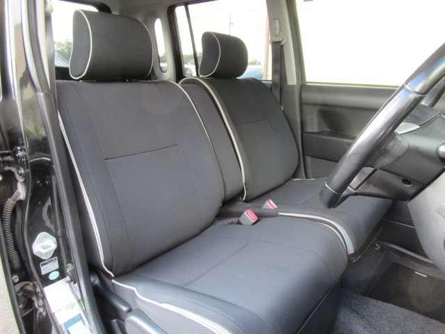 シート色は黒系を基調としていて落ち着いた雰囲気の車内ですね◇