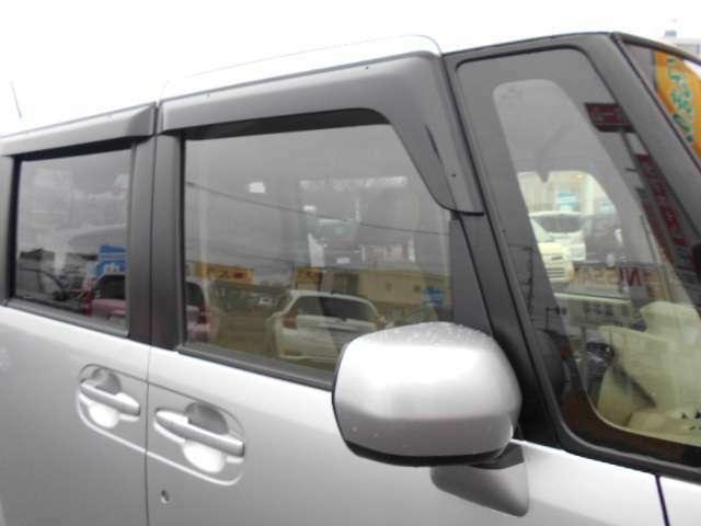 バイザー付です!雨の日でも車内の喚起ができます!