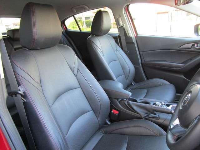 ブラックレザーシートを装備しており高級感のあるインテリアですっ! 運転席パワーシートも装備しており乗車される方にピッタリのシートポジションをらくらく設定していただけますっ!