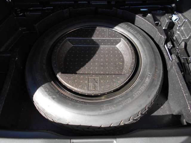 【応急タイヤ】 万が一パンクやバーストした時は応急タイヤの出番です! ジャッキや工具もそろっているので、楽しいドライブ中の万が一にも対応できますよ♪