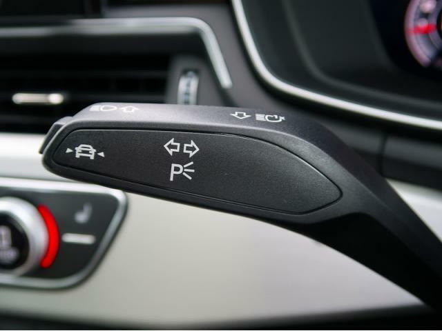 ●アクティブレーンアシスト『60km/h 以上での走行時にドライバーの不注意によってクルマがレーンをはみ出しそうになると、ステアリングホイールを振動させてドライバーに警告します。