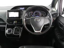 落ち着いた色使いの運転席周り。上品な色使いで飽きの来ないすっきりとしたデザインがいいですね。当たり前ですけど運転する上で長く居るのが運転席、リラックスできるデザインがいいです。