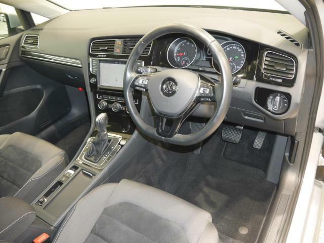 車両のさまざまな機能を統合管理するタッチスクリーンやエアコンなどの操作系はすべて操作しやすいようにドライバーサイドに傾斜させました。