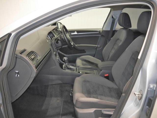 アルカンターラを採用したスポーツシートは、サイドサポートの低く、乗り降りもしやすくなっております。