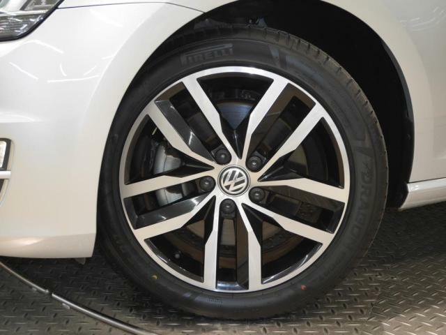 新品タイヤ装着。サイズ 22545R17 Volkswagen純正アルミホイール。