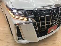 ヘッドライトは3眼LEDとなっております。夜間走行も安心の明るさです。フォグランプもLEDを装備しております。ウィンカーはシーケンシャルターンランプ流れるウィンカー装備してます♪