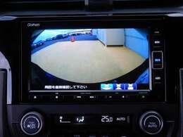 安心して車庫入れができるリバース連動リアカメラ付。雨の日や夜間もストレスなく運転していただけます。