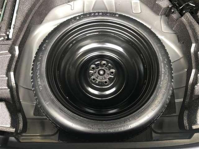 今ではオプション装備になってしまったスペアタイヤが装備されています  いざという時には大変役に立ちます。