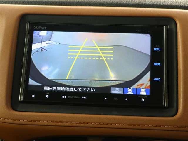 バックモニター付きで車庫入れも安心です。シフトをリバースにいれると自動でナビ画面が車両後方のバックカメラ画面に切り替わります。