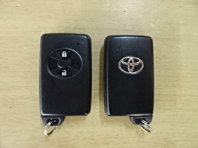 スマートキーはカバン・ポケットに入れておけばドアの開閉がラクラク、プッシュボタンタイプならキーを出さずにエンジン始動が出来ます。