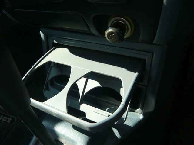 助手席の方も利用可能なドリンクホルダー付き!