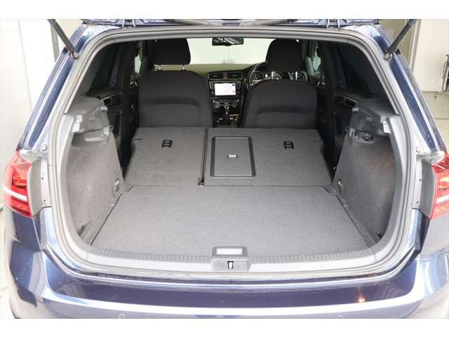 リヤシートを全て倒すと広いスペースも確保できます。