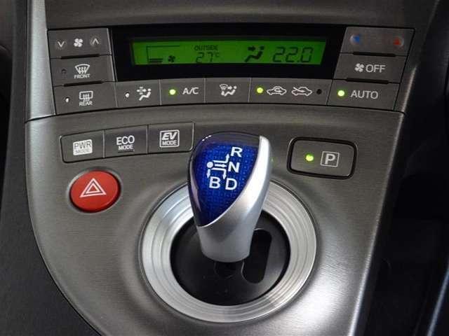 シフトレバーは電気式スイッチを利用して軽い操作でチェンジができるエレクトロシフトマチックです。オートエアコンを装備してます。