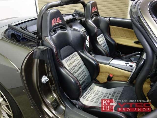 運転席助手席ともにチーム国光ロゴ入りBRIDEハーフレザーシートが装着済み。痛み少なくコンディション良好です。チーム国光製スポーツロールバーは電動ルーフ・純正ハードトップに対応しております。