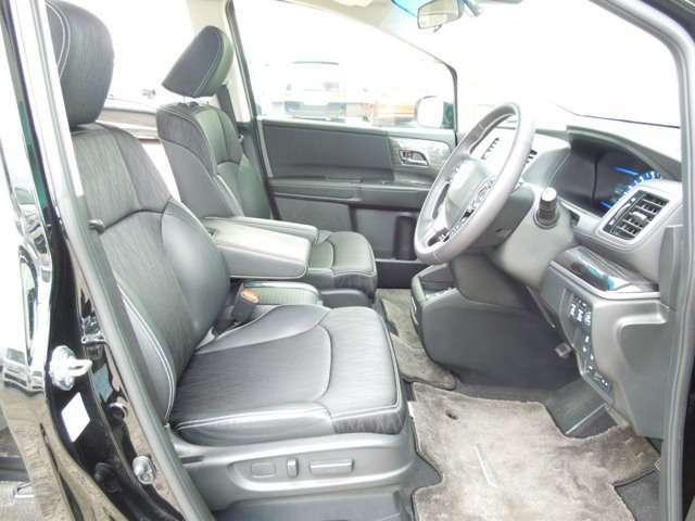 ゆったりした運転席・助手席です。運転席はシートハイトアジャスターつきで高さ調整が可能ですので、いろいろな方のドライビングポジションに合いますね♪電動シート