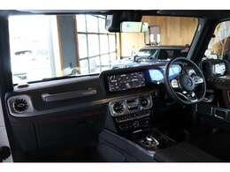 ナッパレザーシートやブラックアッシュウッッドトリム、AMGスポーツステアリング、designoレッドシートベルト、レザーDINAMICAルーフライナー、レザーダッシュボード、ラグジュアリーPKGを装備