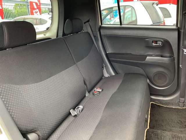 分割可倒式の後席は240mmのロングスライド機構(2WDモデル)をはじめ、様々なアレンジをもつ使い勝手と快適性を両立し、コンパクトながら使えるレイアウトとなっています。