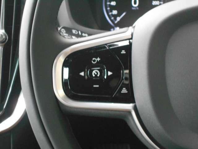 全車速追従機能付アダプティブクルーズコントロールは高速道路や、渋滞時に、 自動で加速・走行・減速・停止をコントロールする機能で、運転疲労を軽減してくれます。右側には、オーディオ操作スイッチがつきます。