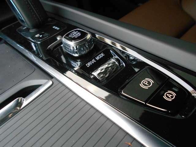 急勾配の発進をサポートしてくれるヒル・スタート・アシスト。エンジンスタート/ストップ機能。そして、エレガントなダイヤ目のローレットが施されたドライブモード選択のスクロールホイール。機能美に溢れてます。