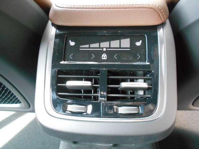 4ゾーン・フルオートマチック・エアコンディショナーは、タッチ式センターディスプレイで操作します。また、トンネルコンソールの後部でも操作することができる、美しいタッチコントロールパネルがつきます。