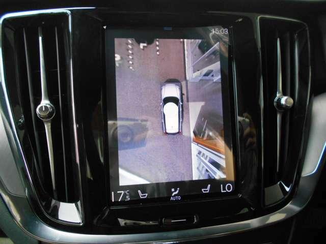 優美で縦長のタッチスクリーン式センターディスプレイ。リバース時には、4個のカメラで360度真上から見下ろした映像を作成したり、ガイドラインを表示して、安心・安全な車庫入れ等が可能になります。