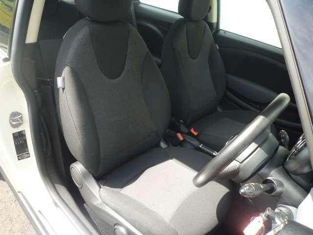 フロントシートは、運転席6ウェイ+助手席4ウェイマニュアルシートで快適なシートポジションを設定できます♪
