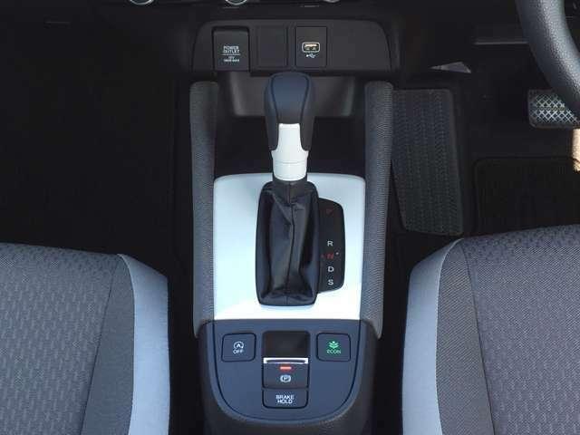 操作性の良いセレクトレバーと電子制御パーキングブレーキで、快適な運転をサポートします!