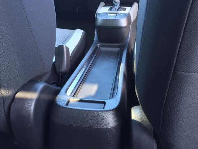 前席だけでなく後席からもアクセスしやすいテーブルコンソールとなっております。