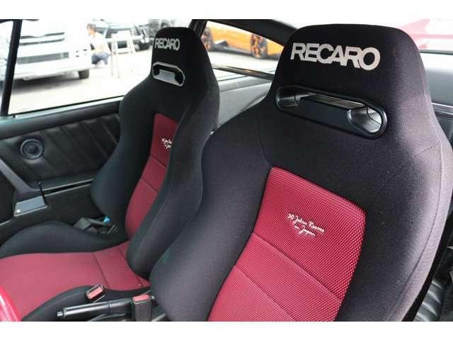レカローシートSR-3タイプ装着!レッド×ブラックでオシャレなシートにーなっております!リクライニング式のセミバケットシートになります!