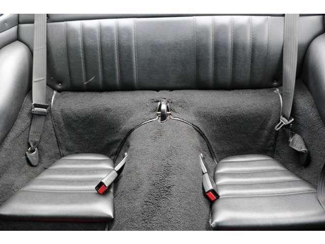 リアシートはセパレートになっておりますのでゆったりお座りいただけます!!シートも綺麗な状態で保たれております。