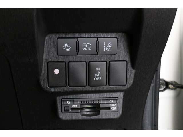 EVモード時はとても静かに走行しますのでわざと音を立てるスイッチもあります。ビルトインETC付きです。その他プリクラッシュセーフティ関連のスイッチです。